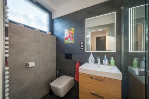 Koupelna sivá s oknem