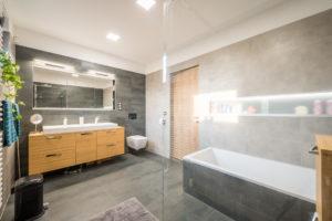 Sivá koupelna drevěná skrinka