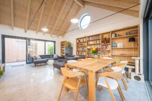 Obývací pokoj krov knihovna