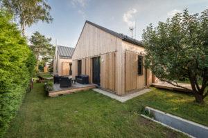 Dvě dřevostavby s terasou