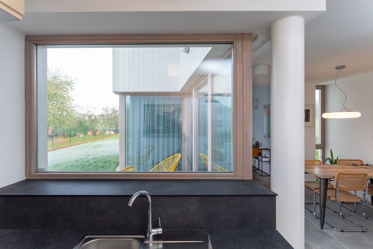 Kuchyň s velkým oknem nad dřezem