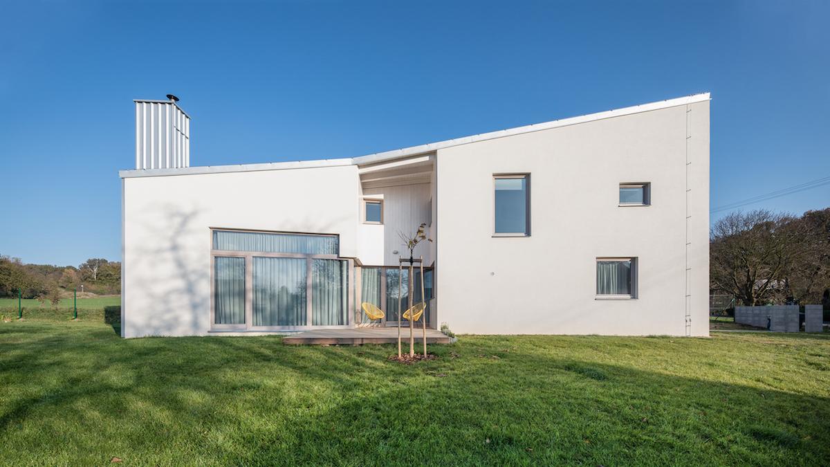 Díky nenápadné úpravě získal nový rodinný dům u Litomyšle nezvyklé výhody