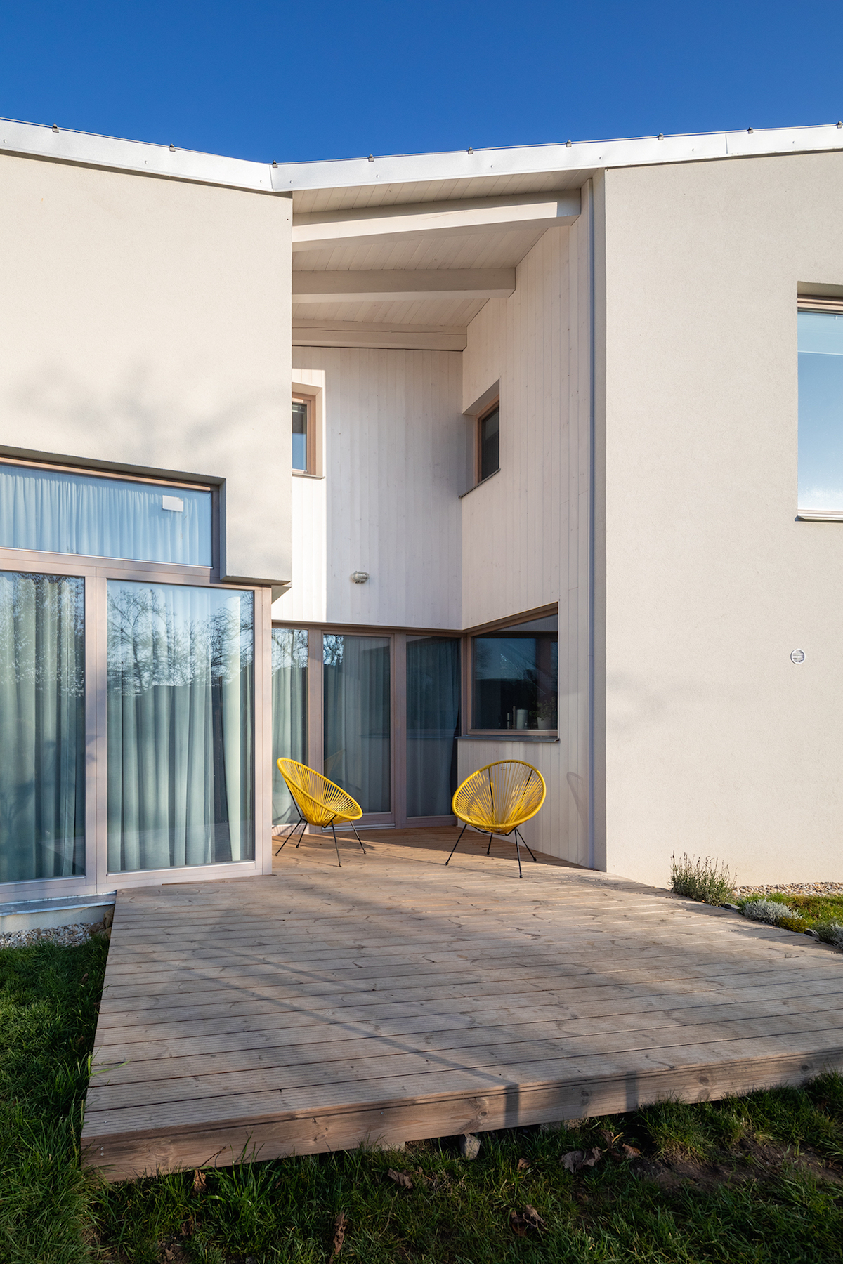 Drevěná terasa a prosklená část domu