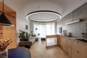 Velká kuchyňská linka a výrazné svítidlo