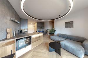 Obývák kuchyň výrazné svítidlo