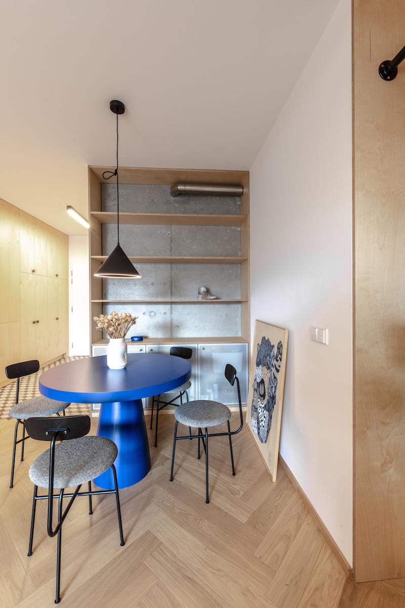 Výrazný modrý jídelní stůl