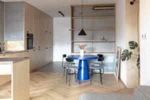 Jídelna modrý stůl světlý drevěný interiér