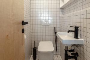 Toaleta bílý keramický obklad