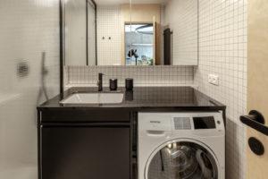 Koupelna pračka černý nábytek