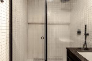 Sprchový kout za drátovaným sklem v černých rámech