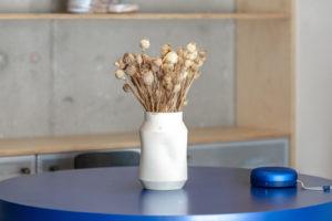 Modrý jídelní stůl sušená kytice