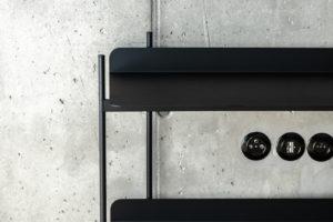Černé zástrčky beton stěna