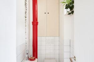Červená trubka toaleta