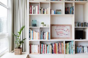 Knihovna na míru s nikou