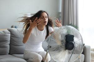 žena s ventilátorem