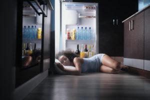 Žena spí při otevřené lednici
