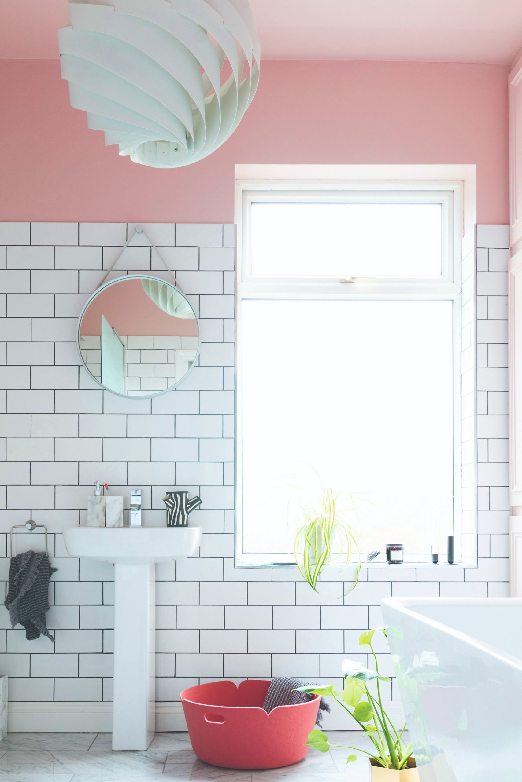 Růžové stěny v koupelně