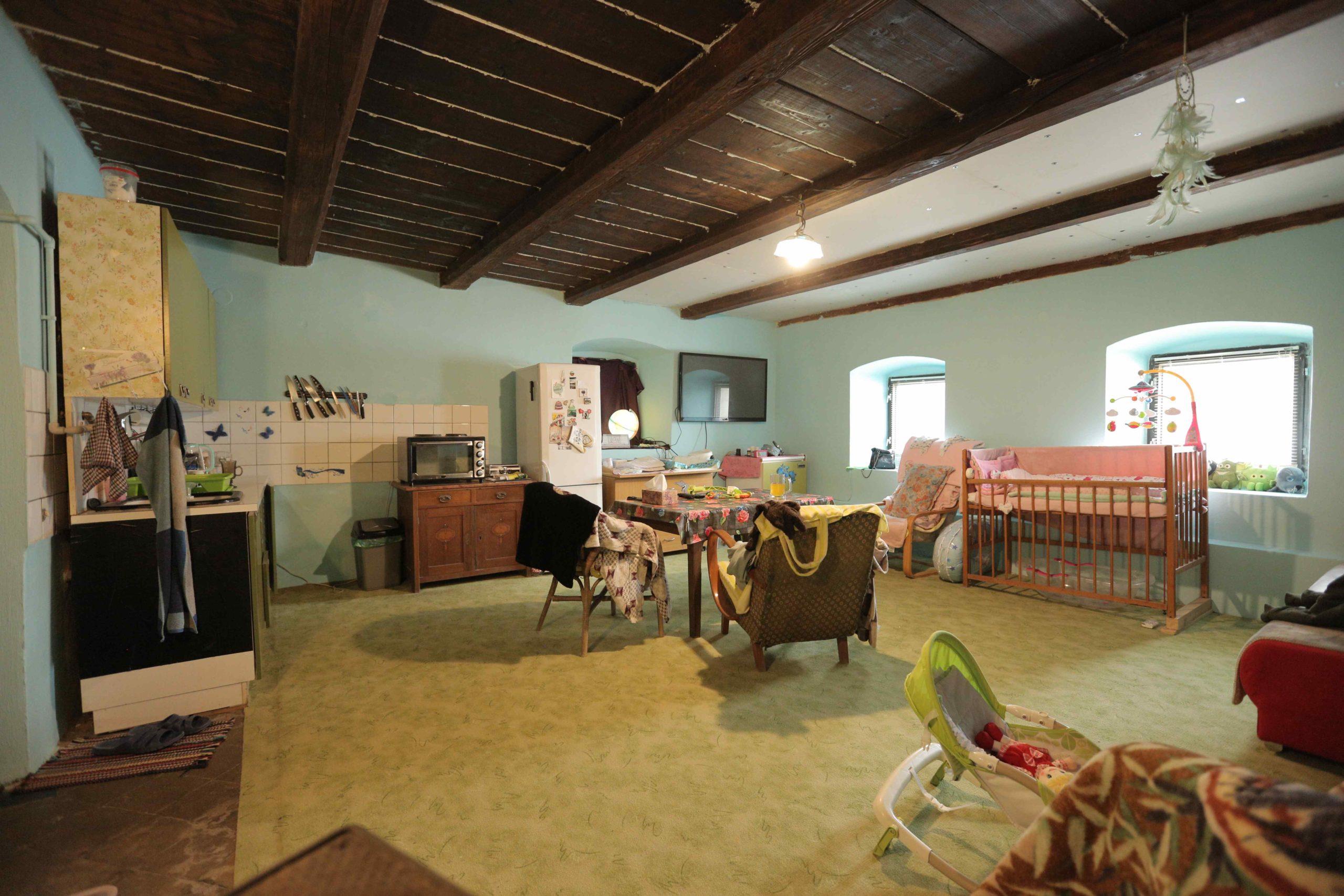 Původní multifunkční místnost s trámy