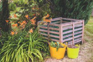Přírodní komposter v zahradě