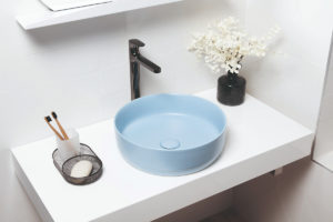 Modré okrouhlé umyvadlo