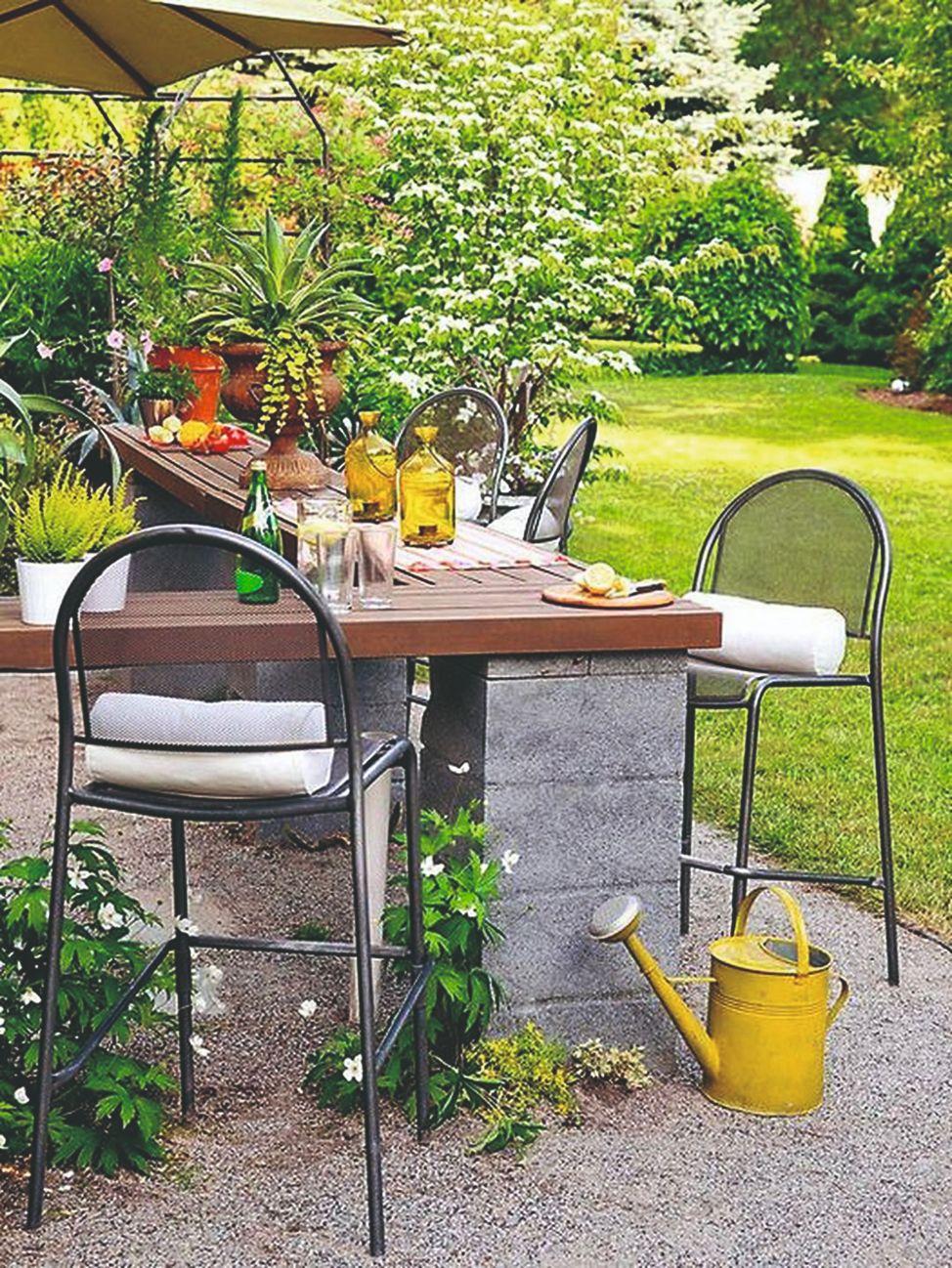 Barové židle u pultu v zahradě