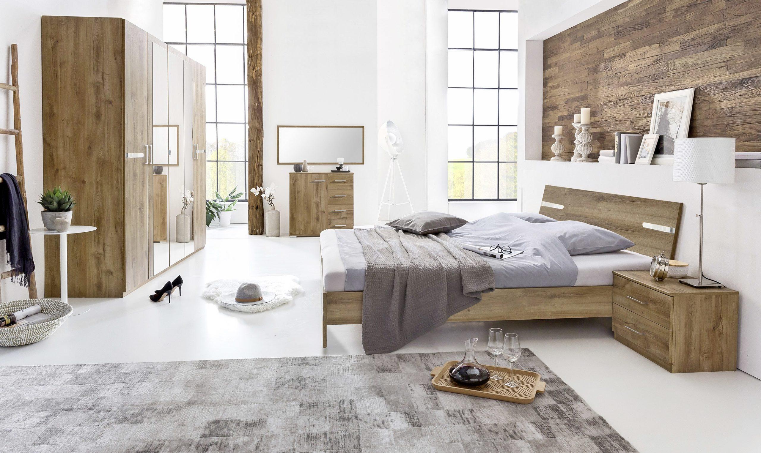 Ložnice světlá s dřevěným nábytkem
