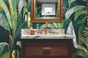 Výrazná tapeta v koupelně s drevěným nábytkem