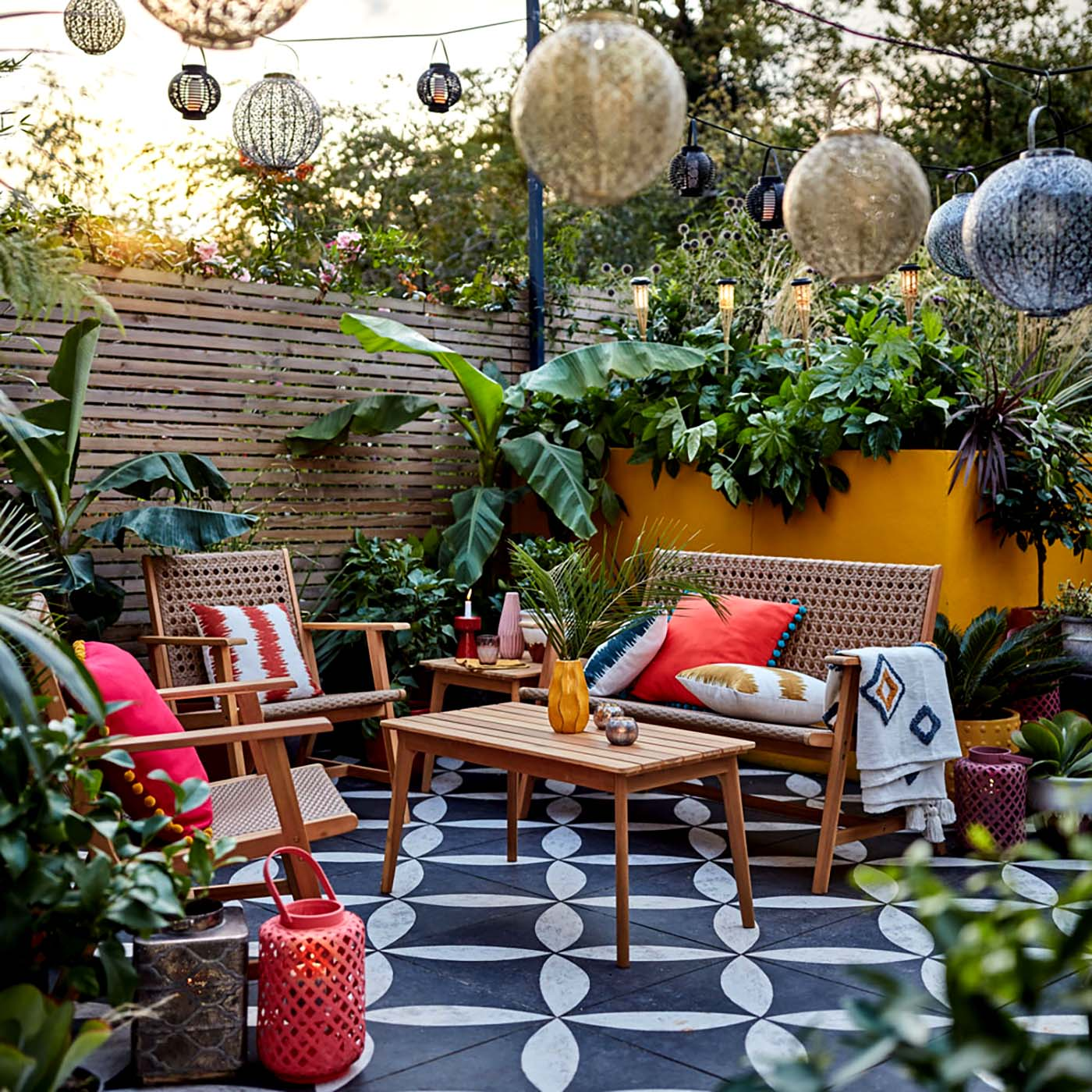 Retro posezení v koutě zahrady s lampiony