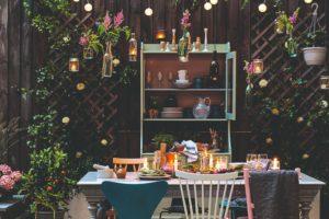 Jídelna v koutě zahrady s osvětlením