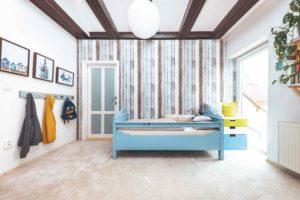 Dětský pokoj se vzorovanou tapetou
