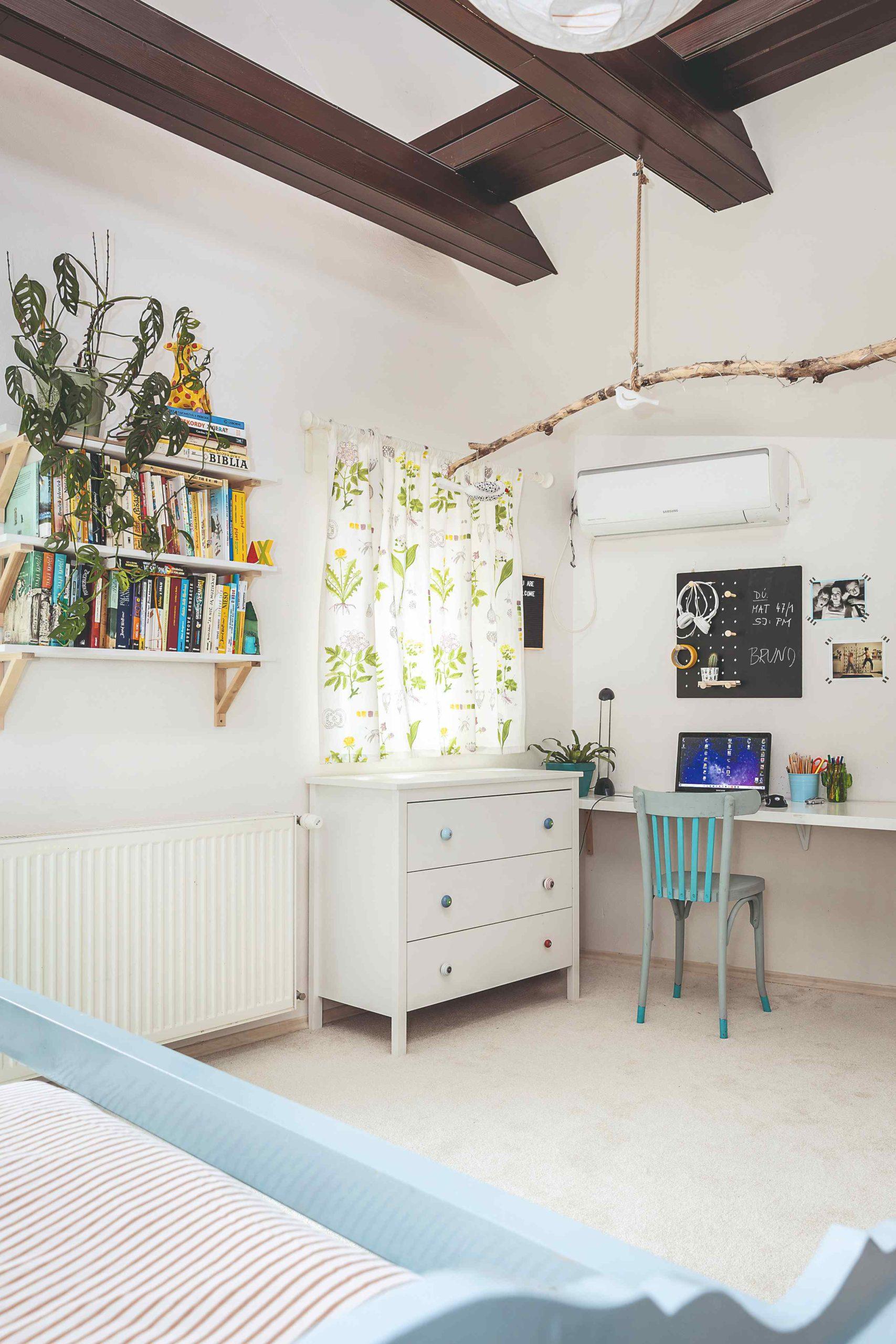 Dětský pokoj koutek s komodou a stolkem