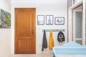 Věšáky v dětském pokoji u dveří