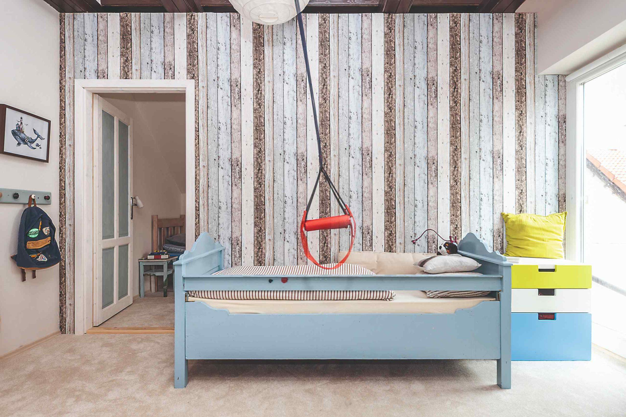 Dětský pokoj se vzorovanou tapetou a houpačkou