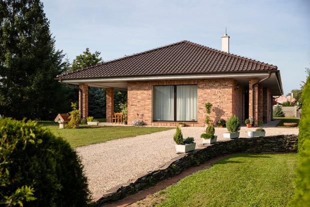 Cihlový bungalov postavený vlastníma rukama