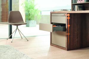 Kancelář s drevěným stolem a zásuvkami