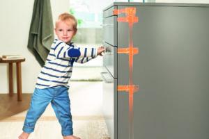 Dítě otevírá skříňku v kuchyni