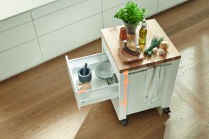 Otevřená kuchyňská skříňka