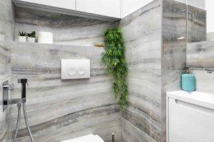 Toaleta s mramorovou stěnou