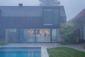 Velké otvory – vikýře vyrobené z oceli nad bazénem