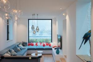 Obývací část s velkým oknem a sedačkou