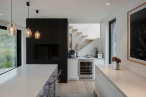 Moderní lesklá bílá kuchyň s černou