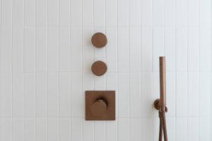 Bílý sprchový kout s meděnou baterií