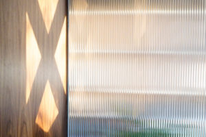 Kouřové sklo v interiéri