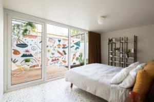 Výhled z ložnice a terasu s malbou
