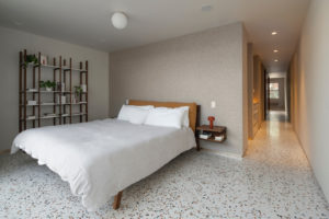 Ložnice s terazzo podlahou