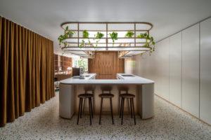 Kuchyň s barem a závesnou konstrukcí