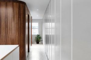 Podlaha z terazza bílá a dřevěná stěna