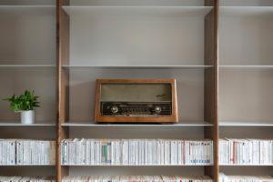 Retro rádio ve vestavěné knihovne v obýváku