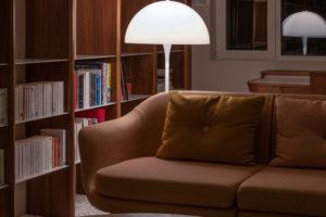 Retro lampa a gauč s knihovnou