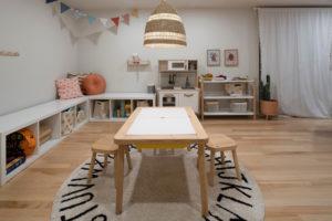 Dětský pokoj s nábytkem na míru a stolkem